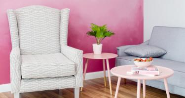 Eklektyczny salon z różową ścianą ombre